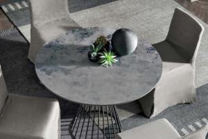 Art. TO0089 Tavolo Tondo Basamento Antracite Piano Top Materico Cemento Chiaro