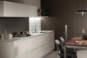 Cucina Scavolini Mod. DeLinea Finitura Laccato Opaco Grigio Chiaro, Impiallacciato Rovere Grafite, Fenix Rosso Jaipur.